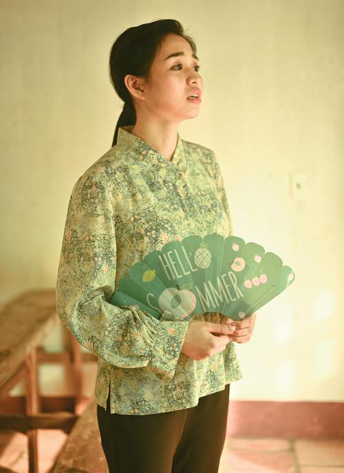 Tạo hình của Lê Lộc trong phim này trông giản dị, phù hợp hình ảnh cô giáo ở vùng quê nghèo.