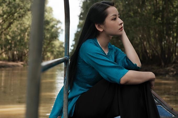 Chi Pu cũng gây chú ý khi ngồi trên chiếc ghe trôi lãng đãng trên một dòng sông cùng đôi mắt man mác buồn, nhìn vào một khoảng không xa xăm.