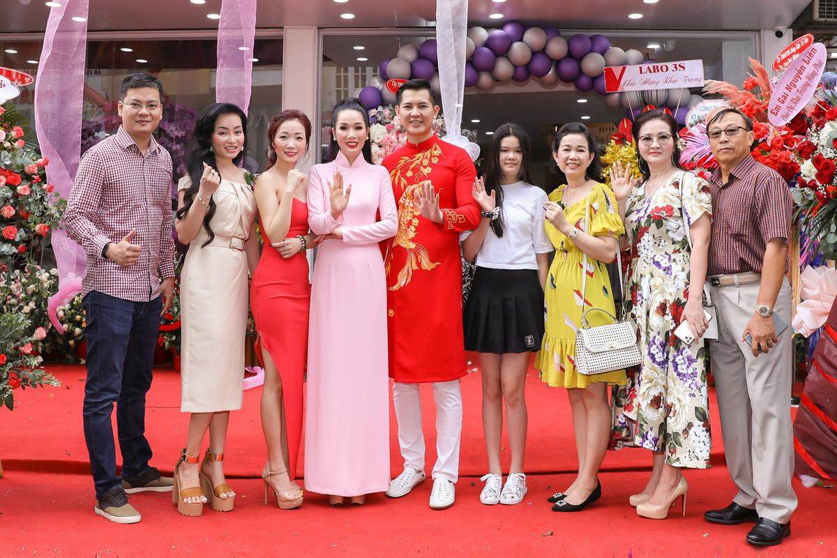 Đông đảo bạn bè, người thân của Hoa hậu Vivian Trần tới chúc mừng nggười đẹp.
