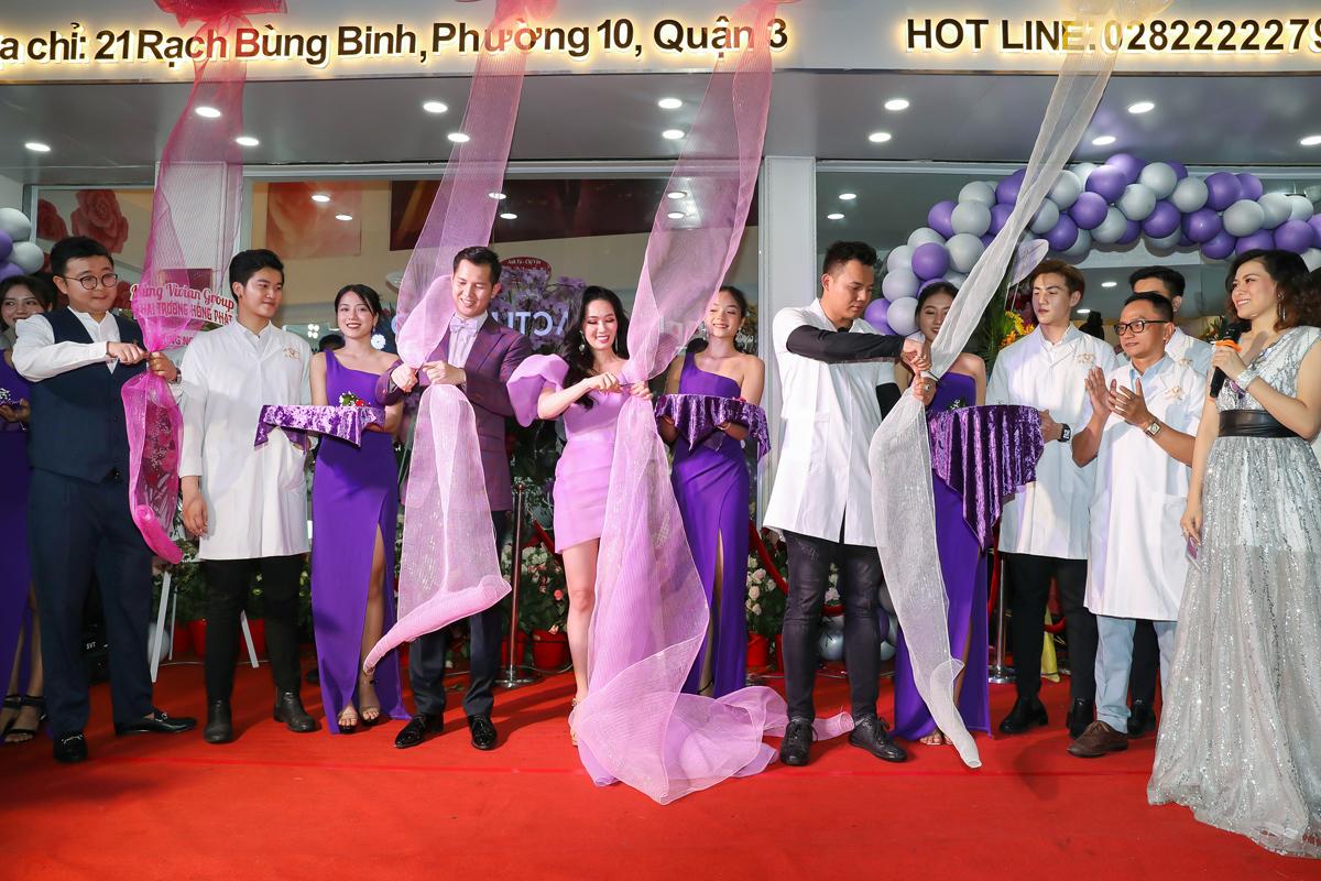 Bà chủ Vivian Trần cùng các thành viên trong ban lãnh đạo cắt băng khai trương trung tâmThế giới thẩm mỹ - The Story Vivian.