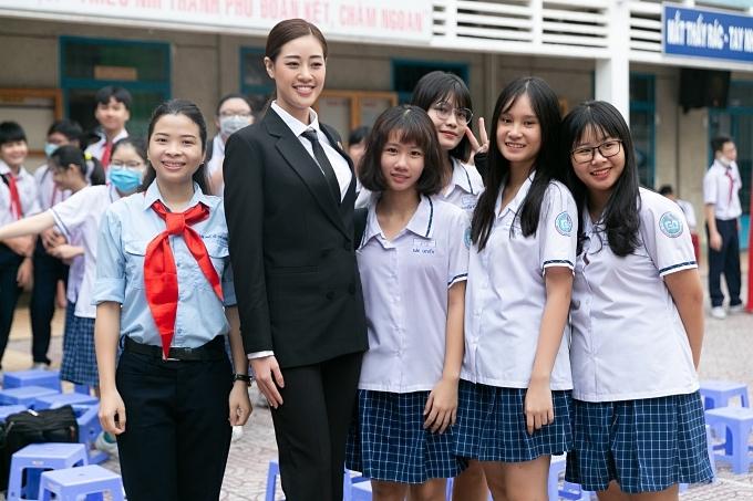 Khánh Vân thu hút với trang phục menswear và chiều cao 1,76m.