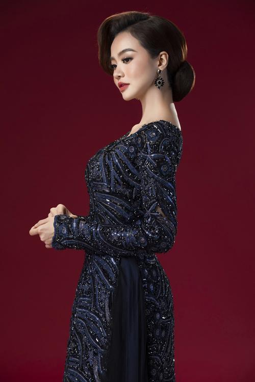 Hoa hậu Kiều Ngân là người mà Minh Châu chọn lựa để trình diễn các thiết kế mới nhất. Với phom dáng áo dài quen thuộc, Minh Châu giữ sự truyền thống nhưng đem đến nét hiện đại nhờ đường may ôm, kiểu cổ áo đa dạng.
