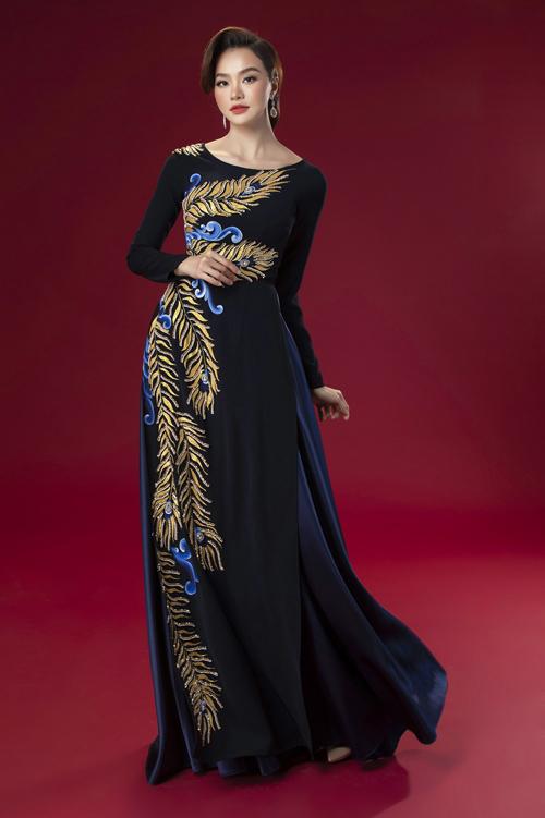 Áo có chi tiết cách tân với cổ đứng, cổ tròn hoặc cổ trái tim... phù hợp các dáng người. Trên nền vải lụa, nhà thiết kế áp dụng kỹ thuật đính kết với loạt họa tiết hoa lá tỉ mỉ phối cùng chất liệu ren.