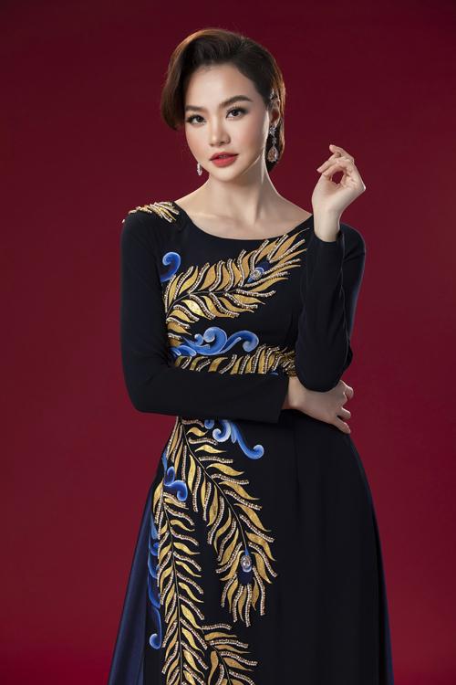 Các tấm áo dài trong bộ sưu tập lần này có màu sắc đa dạng đen, xanh, đỏ...