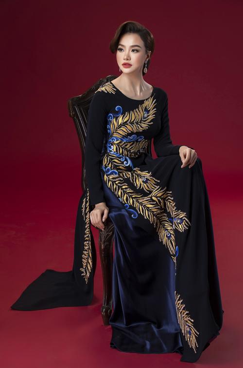 Những tấm áo đen, xanh đậm mang đến vẻ quyền lực, phù hợp với bà sui trong dịp trọng đại.