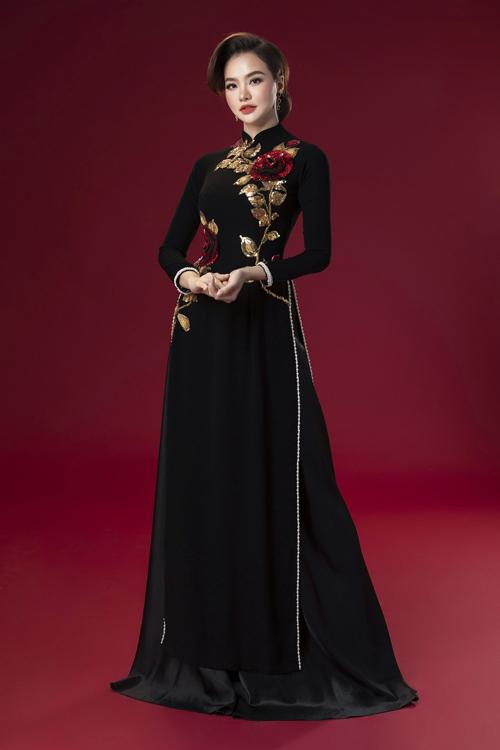 Áo dài đen họa tiết bông hồng gam vàng đồng tạo điểm nhấn cho bộ cánh.
