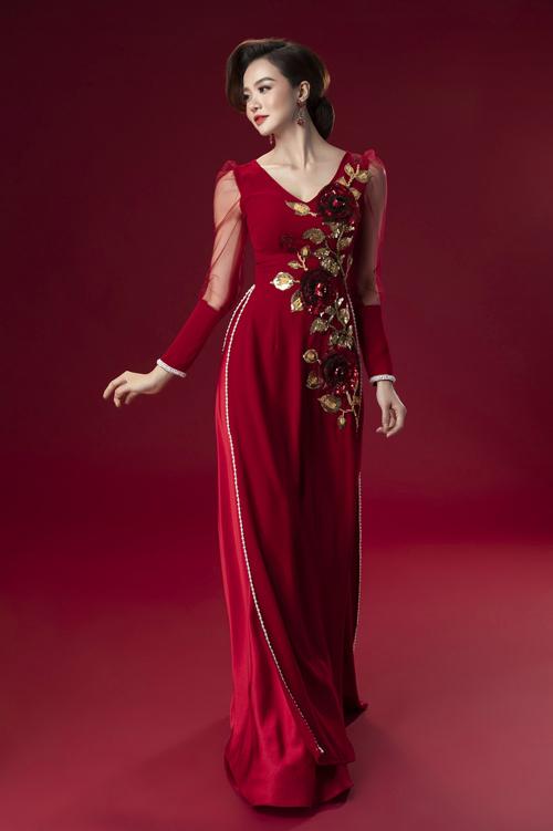 Áo dài đỏ trầm giúp người diện nổi bật nhưng không làm lấn át cô dâu.