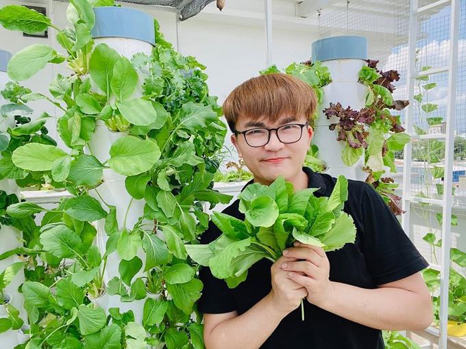 MC Đại Nghĩa bên tháp rau trong vườn nhà. Nam MC phủ xanh khu vườn cùng với nhiều loại rau đa dạng gồm: cà chua, dưa leo, mướp, mồng tơi, salad, rau cải xanh, rau thơm. Anh còn trồng một ít hoa trong khu vườn. Sau khi thu hoạch, rau trở thành các nguyên liệu chính cho các bữa ăn chay của anh - một Phật tử.
