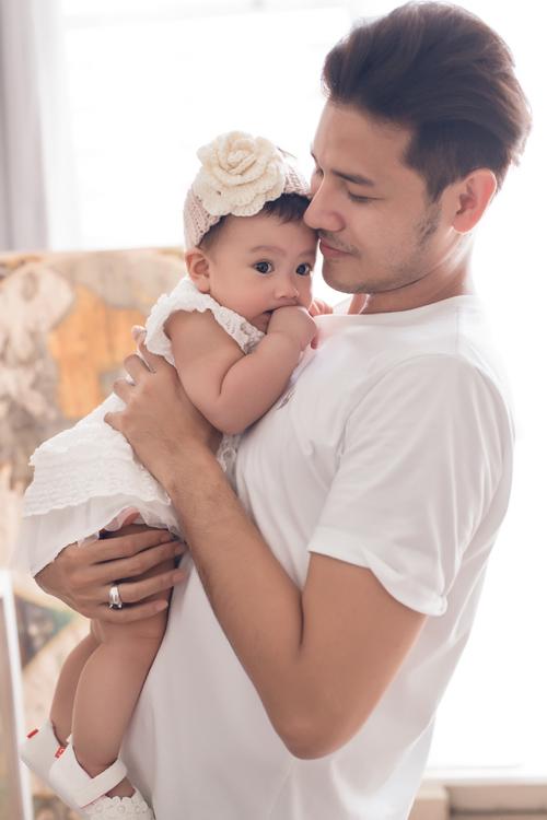 Anh Tài luôn chủ động chia sẻ công việc chăm sóc con gái với vợ và hay pha trò hài hước để vợ vui mà quên đi mệt mỏi.