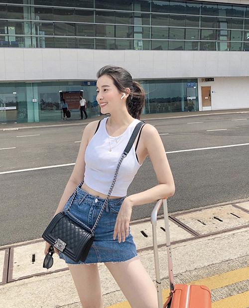 Trang phục dạo phố trẻ trung của Cao Thái Hà với áo crop-top đúng trend mùa hè đi cùng chân váy jeans.