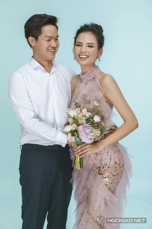 Do thời gian chụp hình cận kề ngày cưới và doanh nhân Nguyễn Công bận công việc nên uyên ương chọn phương án an toàn là thực hiện ảnh cưới trong studio, không bị ảnh hưởng bởi thời tiết và không phải di chuyển xa xôi.