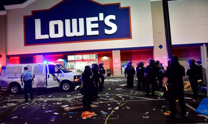 Cảnh sát tập trung trước một cửa hàng Lowe tại thành phố Philadelphia, Pennsylvania.sau khi cửa hàng này bị một số người biểu tình cướp bóc hôm 31/5.