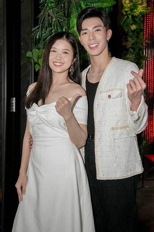 Suni Hạ Linh và Erik dễ dàng vào vai vợ chồng.