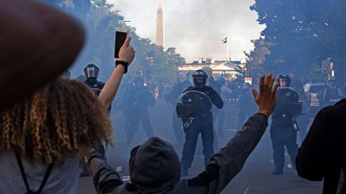 Cảnh sát ngăn cản người biểu tình bên ngoài Nhà Trắng hôm 1/6. Ảnh: AFP.