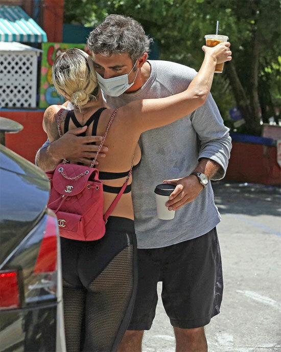 Cặp đôi ôm nhau tình tứ trên đường phố Los Angeles.