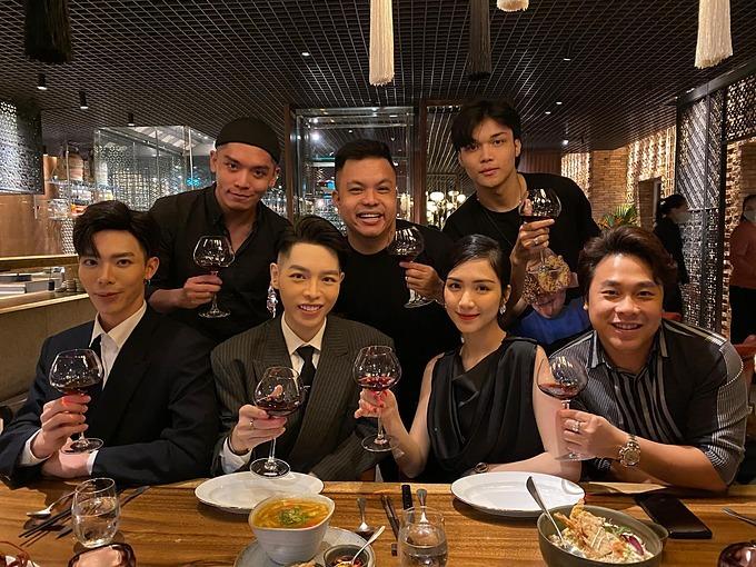 Minh Hải (ngoài cùng bìa phải) chơi thân với nhóm bạn của Hòa Minzy gồm ca sĩ Đức Phúc, Erik...