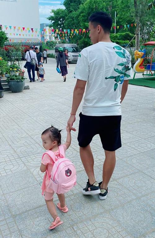 Quế Ngọc Hải đưa con gái tới trường hôm 1/6. Ảnh: QNH.