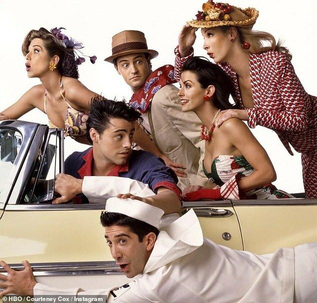 Jennifer (trái) và các bạn diễn trong bộ phim Friends từ năm 1994 đến 2004. Họ đã lên kế hoạch hội ngộ để ghi hình tập đặc biệt vào cuối tháng ba nhưng bị hoãn cho đến khi hết dịch.