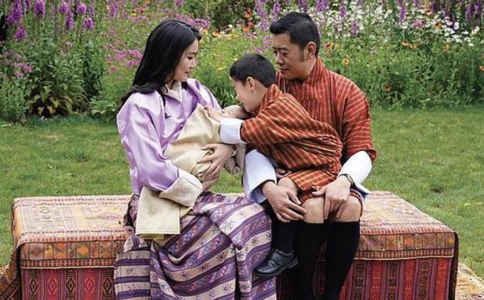 Gia đình 4 người của Quốc vương Bhutan. Ảnh: Facebook.