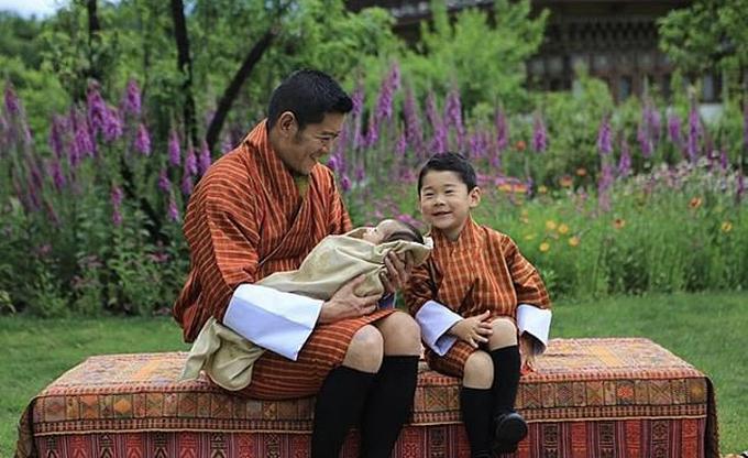 Quốc vương Bhutan cười tươi bên hai con trai. Ảnh: Facebook.