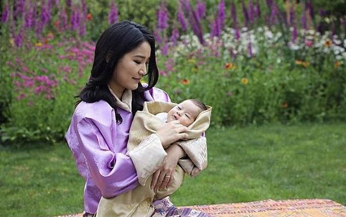 Hoàng tử bé kháu khỉnh trong vòng tay mẹ. Hoàng hậu Jetsun sẽ đón sinh nhật 30 tuổi vào ngày 4/6. Ảnh: Facebook.