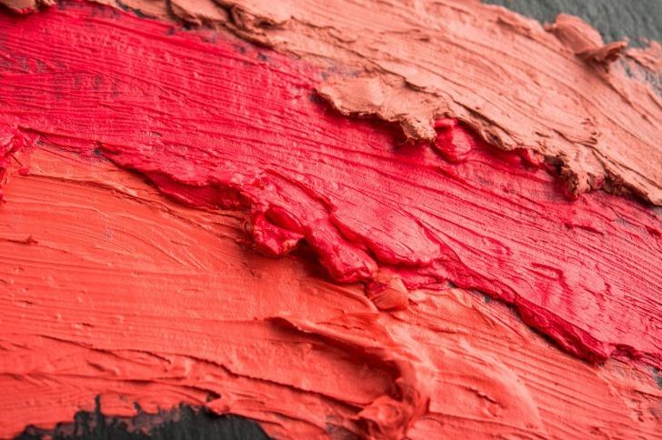 Nếu không ngại thử những thứ mới mẻ, hãy thử pha các gam đỏ với nhau và tìm ra tone màu phù hợp nhất với bản thân.