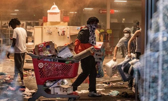 Những người biểu tình đã đập phá và cướp bóc một cửa hàng Target tại thành phố Minneapolis tối ngày 27/5. Ảnh: CNBC.