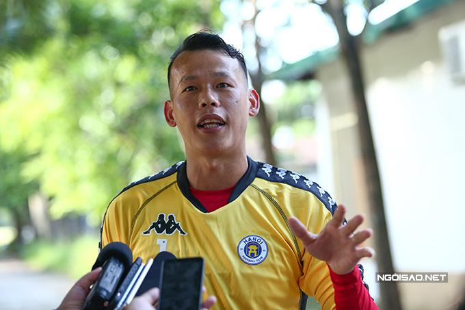 Tấn Trường trả lời phỏng vấn trước buổi tập đầu tiên cùng CLB Hà Nội. Ảnh: Đương Phạm.