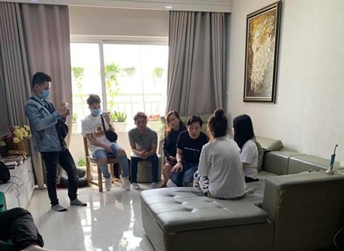 MC Trấn Thành (ngồi, áo đen) cùng quản lý và luật sư làm việc với các đối tượng bôi nhọ anh.