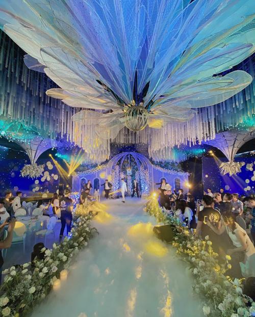 Chi phí mà cô dâu, chú rể bỏ ra để san khu đất 1.600 m2 là 100 triệu đồng, còn tiền dựng rạp cưới là 1 tỷ đồng.