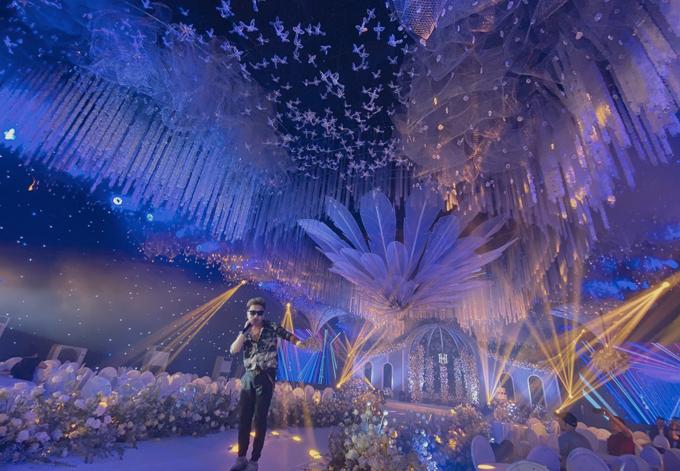 Minh Vương xuất hiện trên sân khấu đám cưới.