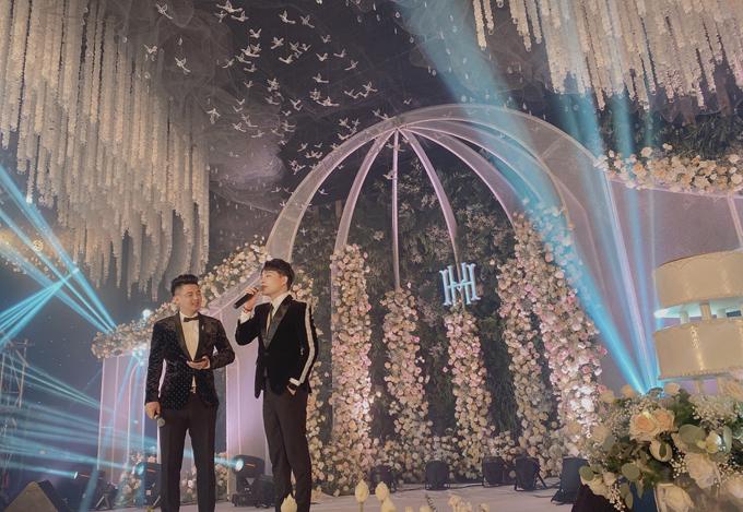 Sân khấu chính của hội trường có biểu tượng chữ viết tắt tên cô dâu, chú rể. Nơi này được dựng với hình ảnh biểu tượng của một tòa lâu đài, được trang trí với nhiều loại hoa tươi.