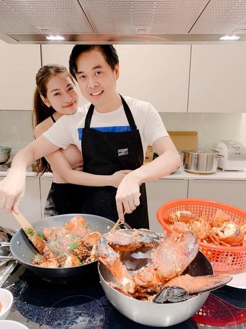 Vợ Dương Khắc Linh tận hưởng sự chăm sóc của chồng.