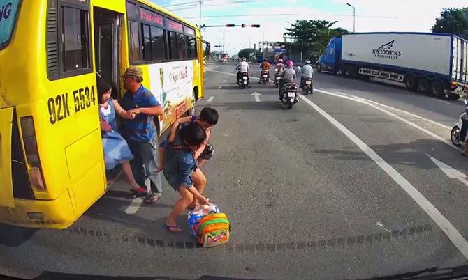 Xe buýt dừng cho khách xuống giữa đường được camera hành trình một ôtô đi phía sau ghi lại. Ảnh: Cắt Clip.