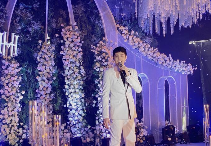 Siêu đám cưới còn có sự góp mặt của nhiều giọng ca nổi tiếng gồm: Noo Phước Thịnh, Minh Vương, Mỹ Dung... và các ca sĩ trưởng thành từ cuộc thi The Voice.