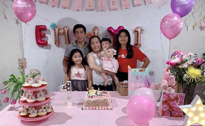 Vợ chồng Bảo Duy hạnh phúc bên ba cô con gái trong tiệc thôi nôi bé Emily hồi tháng 3.