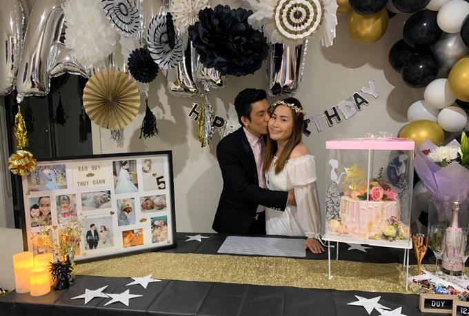 Bảo Duy thắm thiết ôm hôn vợ trong tiệc sinh nhật Thúy Oanh đợt trước Tết.