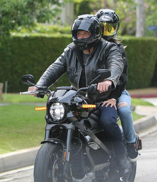 Ben lái môtô chở Ana đi biểu tình.