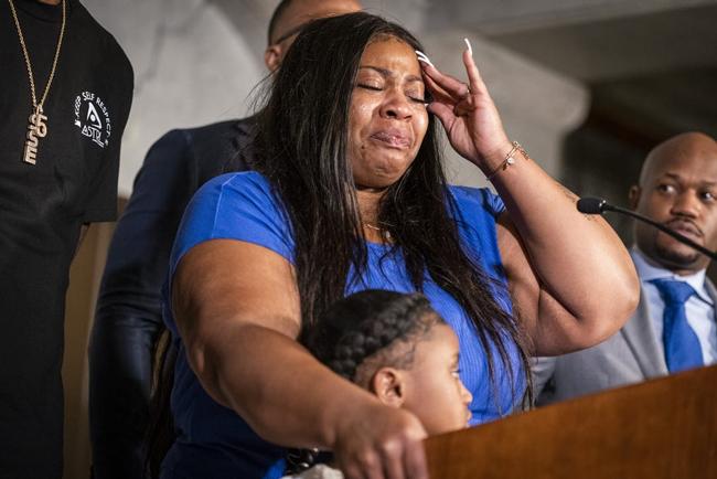 Roxie Washington khóc khi nhắc vềGeorgeFloyd. Ảnh: AP.