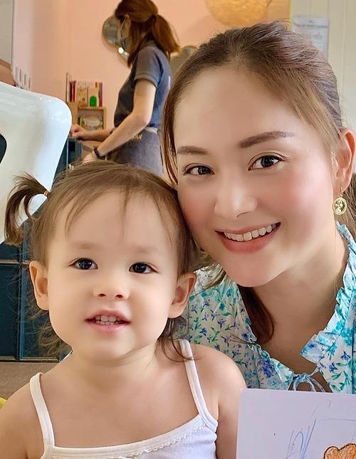 Lan Phương và con gái.