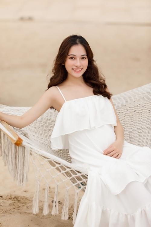 Sara Lưu tăng 4 kg, vòng hai nhô cao.