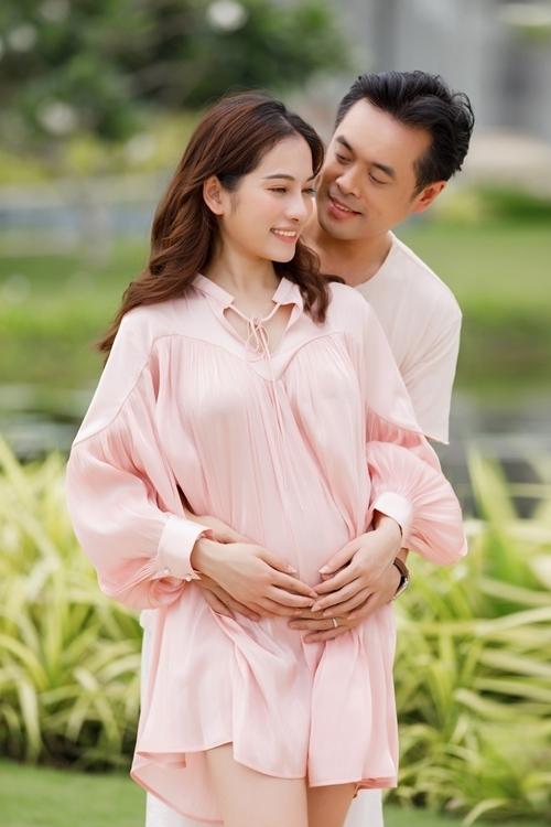 Ca sĩ Sara Lưu mang song thai 4 tháng sau một năm kết hôn với Dương Khắc Linh.
