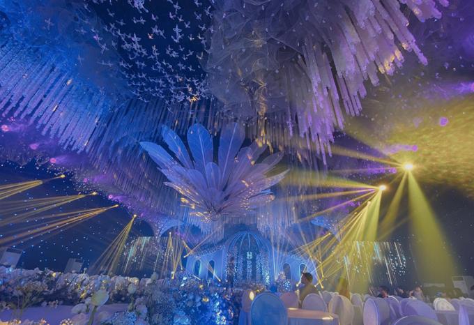 Hội trường cưới thay đổi diện mạo qua sự biến hóa của màu sắc, giúp khách mời như lạc vào khung cảnh thần tiên.