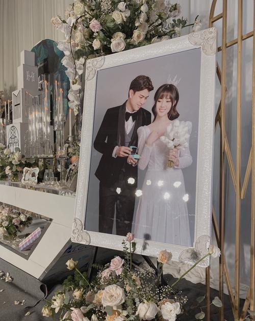 Hình ảnh hai nhân vật chính của lễ cưới được đặt cạnh bàn gallery.