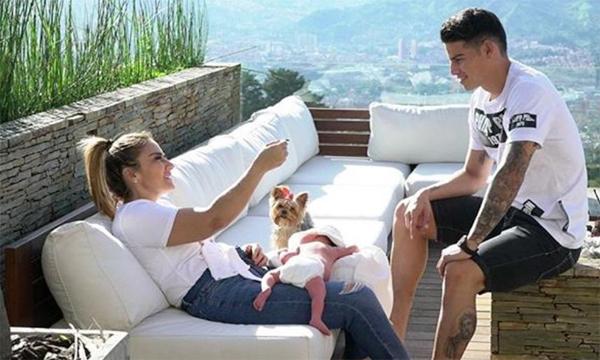 Tiền vệ Real và bạn gái hơn 3 tuổi bên cậu con trai nhỏ Samuel khi bé mới sinh cuối năm ngoái. Ảnh: Hola.