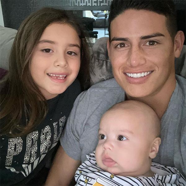 James Rodriguez bên con gái Salome và con trai Samuel. Ảnh: Instagram.