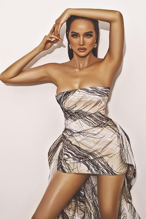 Hoa hậu Việt Nam Toàn cầu tại Mỹ 2015 bôi một loại dầu đặc biệt để có làn da nâu rám nắng, trông rất khoẻ khoắn, sexy khi làm mẫu ảnh.