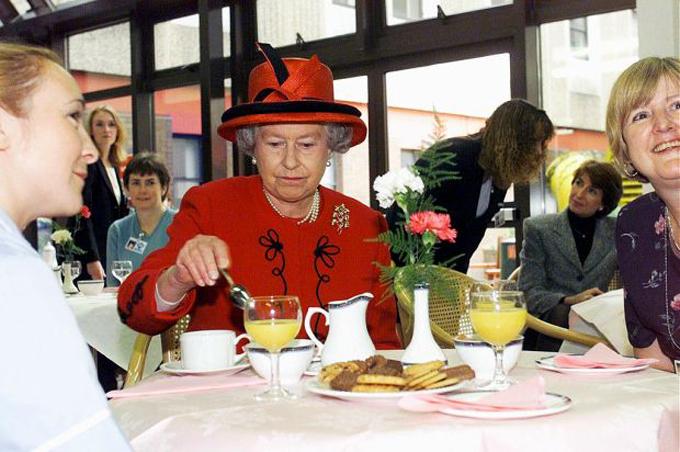 Nữ hoàng Elizabeth dùng trà chiều với bánh quy. Ảnh: UK Press.