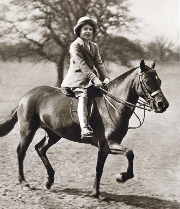 Nữ hoàng Anh yêu thích cưỡi ngựa từ khi còn là một cô bé. Ảnh: UK Press.