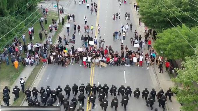 Cảnh sát Fayetteville, bang Bắc Carolina quỳ gối với người biểu tình hôm 1/6. Ảnh:: FB.